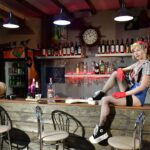 Un tip fără mâini intra într-un bar