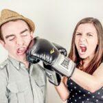 Nevasta nesatisfăcută își bate crunt soțul
