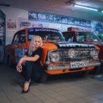 O blondă intră disperată într-o benzinărie