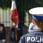 Un turist îi întreabă pe polițiști în mai multe limbi străine