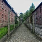 Trei ruși stau de vorbă într-un lagăr
